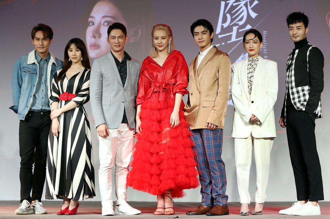 「墜愛」演員周定緯(左起)、程茉、溫昇豪、安心亞、宋柏緯、林映唯及古斌昨出席宣傳...
