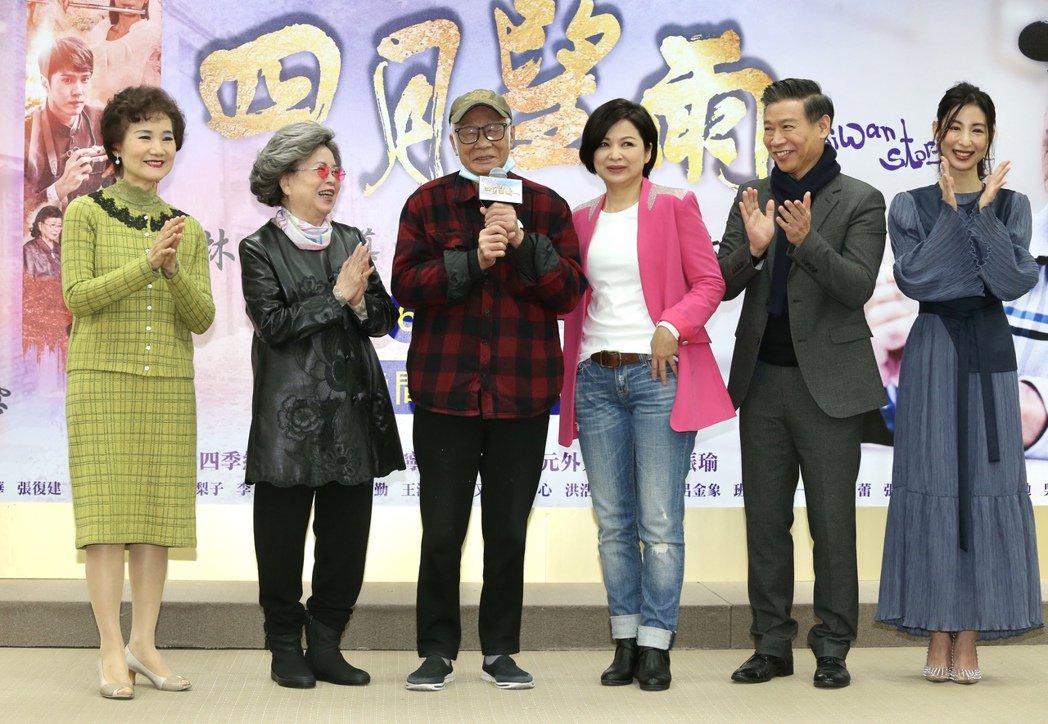 台視八點檔「四月望雨」首映記者會,導演林福地現身,與演員吳靜嫻(左起)、梅芳、楊