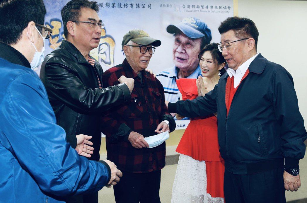 台視八點檔「四月望雨」首映記者會,導演林福地(右三)、李祐寧(右一)現身。記者林...
