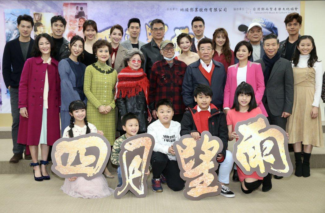 台視八點檔「四月望雨」首映記者會,導演林福地與全體導演、演員合影。記者林俊良/攝