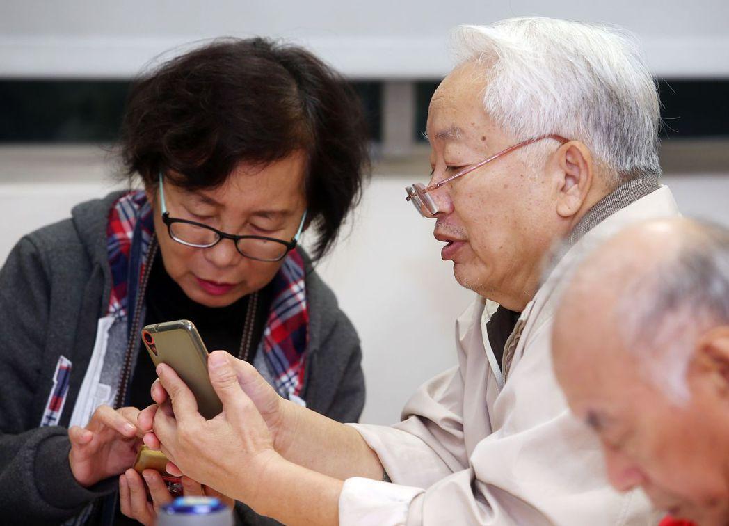 武漢肺炎疫情升溫,不少人宅在家滑手機,醫生提醒別用眼過度。圖/聯合報系資料照片