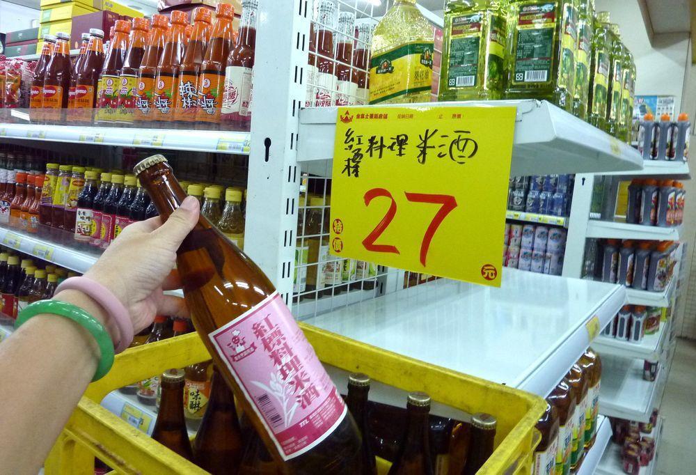 台灣為加入WTO,承諾紅標米酒將依照蒸餾酒標準課稅。消息一出,引起民間恐慌,爆發...
