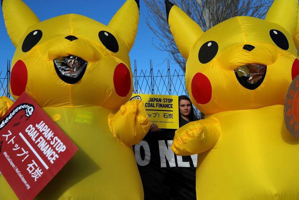 身穿皮卡丘服裝的環保人士在馬德里氣候會議場邊,抗議日本持續使用煤電。(路透)