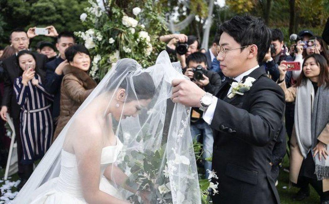 大陸的新娘要穿上白紗還要等等,因為「紅事」要暫停。(新華社)