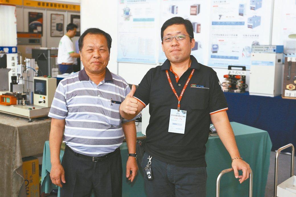 裕新電機公司董事長陳連賜(左)與特助陳凱威於展場合影。 黃奇鐘/攝影