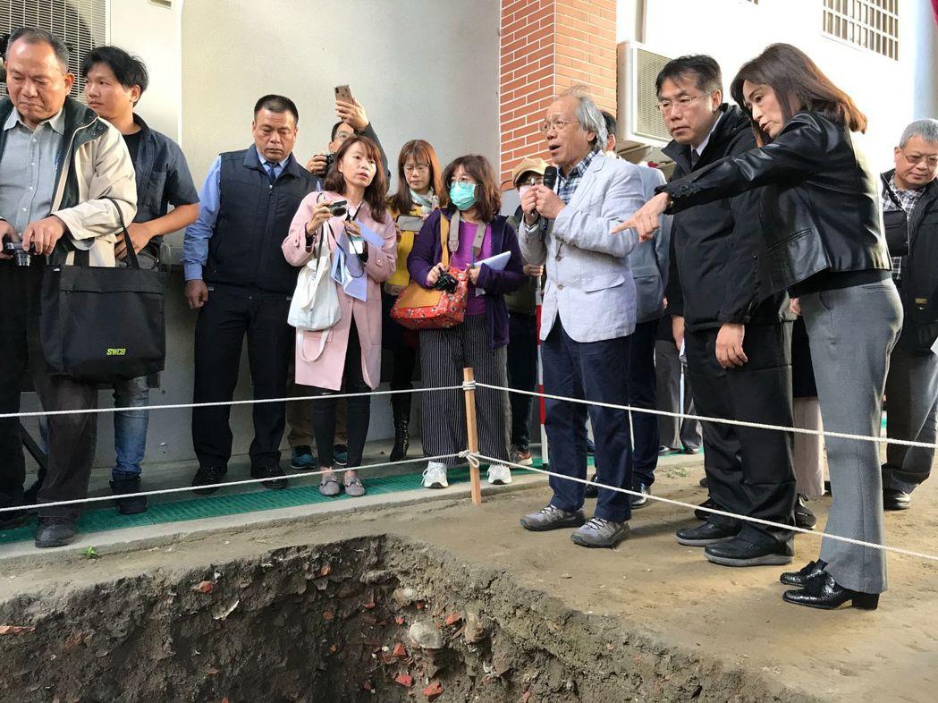 黃偉哲市長與成大蘇慧貞校長參觀考古發掘成果。  臺南市政府文化局 提供
