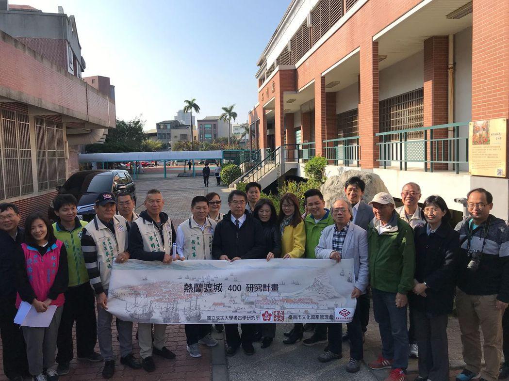 黃偉哲市長(第一排中穿黑色夾克者)視察後與來賓合影。  臺南市政府文化局 提供