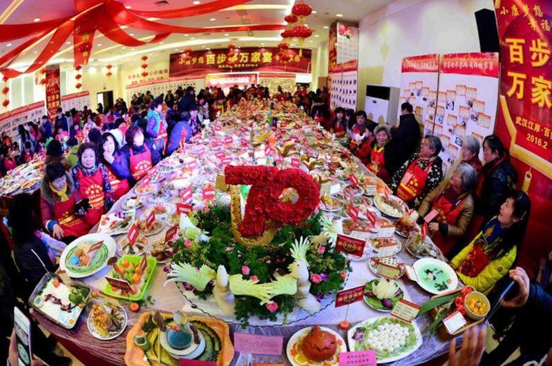 武漢肺炎爆發後,武漢社區還舉辦「萬家宴」,被網友罵翻。  圖/取自新華社微博