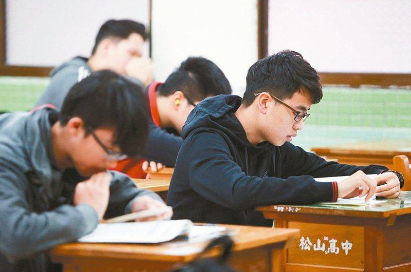 111學年大學入學考首度新增同時有選擇和非選題的「混合題型」。 聯合報系資料照片