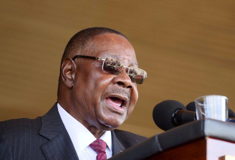 馬拉威憲法法庭3日推翻總統穆薩里卡(圖中)去年當選連任的總統大選結果,馬拉威總統府今天表示將提出上訴,稱法院判決站不住腳。 路透社