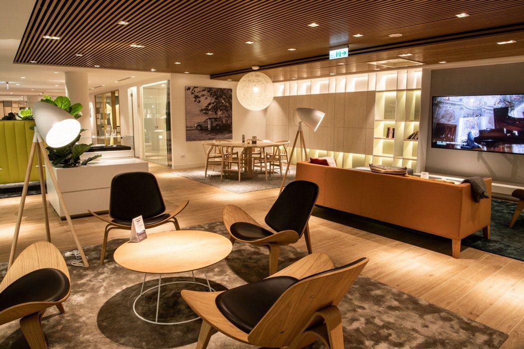 二樓以「Living Room」為名的客戶休憩區,從零距離感的接待桌開始,便進入...