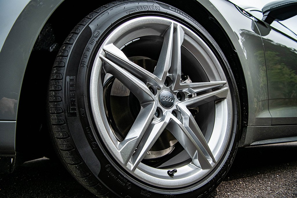 輪圈升級18吋S line專屬鋁合金輪圈。 圖/Audi提供