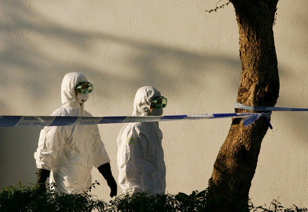 SARS流行期間,香港清潔人員穿上防護衣。 圖/路透社