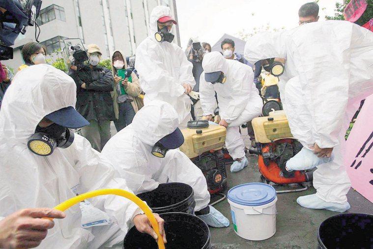 SARS時期,消毒人員穿著厚重的隔離衣準備進入醫院進行消毒,希望能暫時控制院內的...