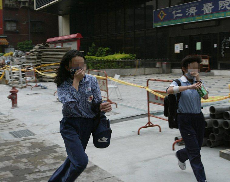 SARS時期,遭受風暴的仁濟醫院,禁止所有人員進出,路過的民眾在SARS陰影下,...