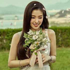 精靈降臨!最美偶像Irene白紗捧花配戴DAMIANI珠寶 詮釋愛情最美的模樣