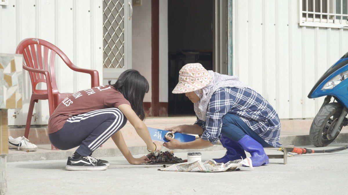 小安(左)自小生長在隔代教養家庭,阿嬤就像是「媽媽」一樣照顧她。祖孫倆感情深厚,小安也心疼阿嬤工作辛苦,盡量幫忙分擔家事。 圖/中信慈善基金會 提供