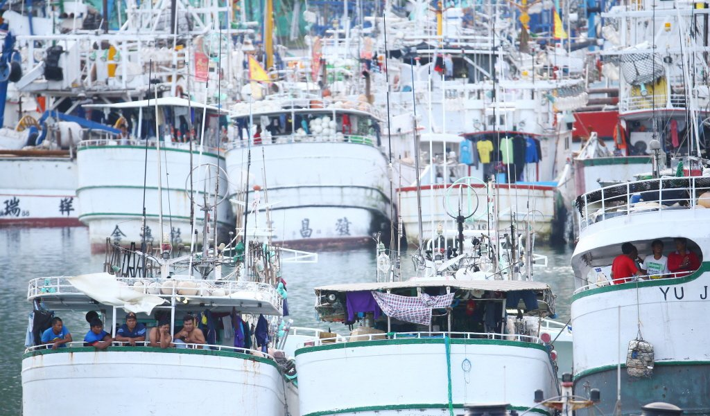 大部分移工都有健保,包含近沿海漁船移工,但「境外聘僱」的漁工沒有。圖為南方澳漁船...