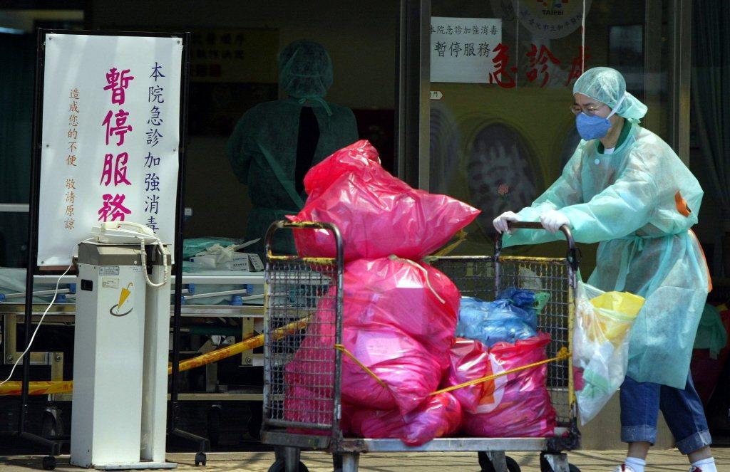 2003年和平醫院為隔絕SARS封院。 圖/聯合報系資料照