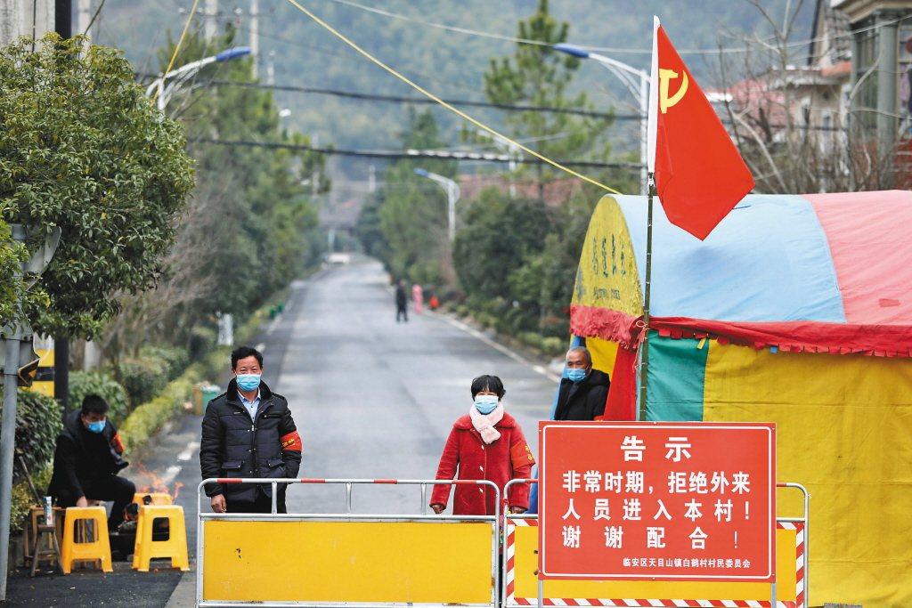 繼武漢之後,陸續有其他城市實施封鎖措施。圖為杭州市臨安區天目山鎮白鶴村。 圖/美聯社