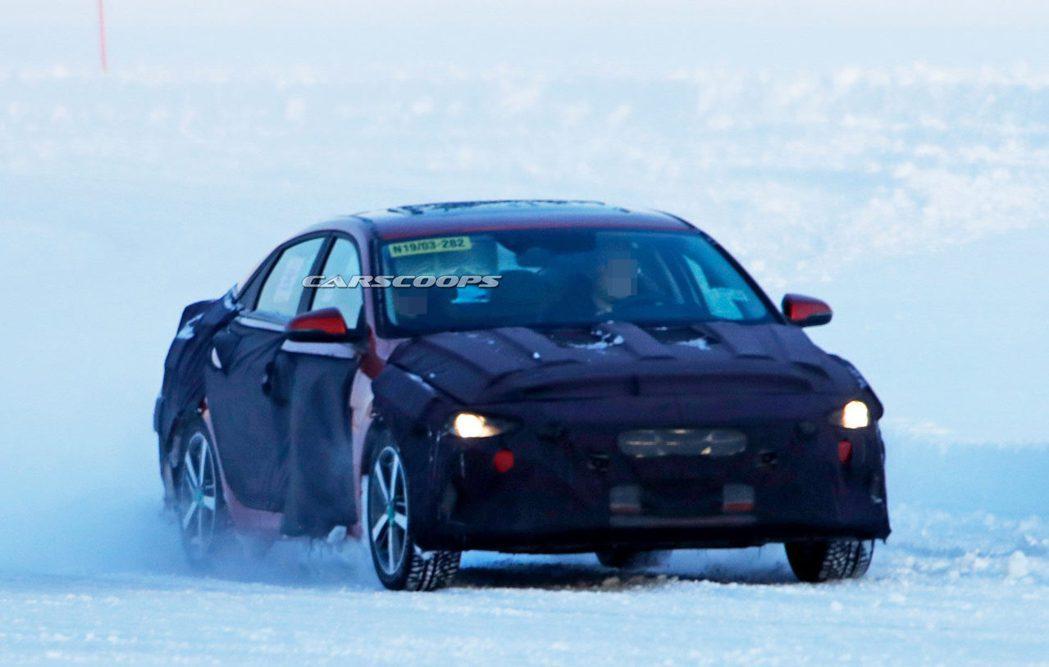 大改款Hyundai Elantra最近在瑞典又被捕獲到偽裝測試車。 摘自Car...