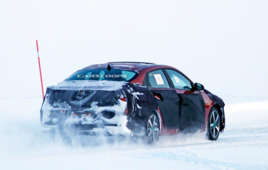 全新第七代Hyundai Elantra偽裝測試車。 摘自Carscoops