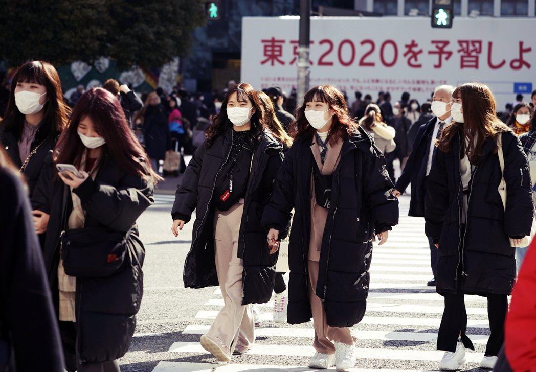 日本境內確診人數恐再往上攀升,讓「口罩之亂」的窘迫狀況持續緊張。 圖/歐新社