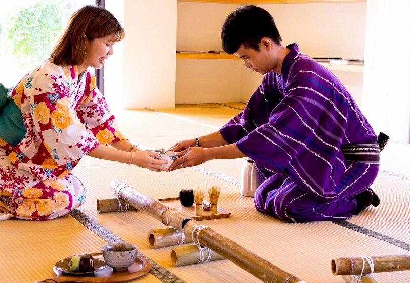 入住綠舞的房客均可在日式園區體驗浴衣穿著及抹茶製作,感受緩慢的樂趣。 業者/提供