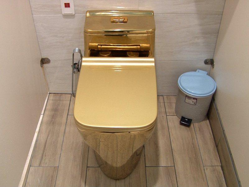 瑞芳九份國小結合當地淘金文化,在廁所中打造了一間黃金廁所,有金光閃閃的馬桶,讓學生們上廁所都好興奮。 圖/觀天下有線電視提供