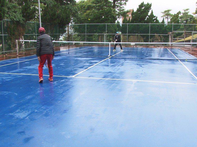 淡水區竿蓁里運動公園網球場,經市議員鄭宇恩爭取到補助經費,改善球場PU地坪,提供安全舒適的運動場所。 圖/紅樹林有線電視提供
