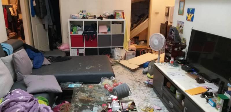 基隆市中和路連棟公寓民宅4日深夜發生氣爆,後方住家玻璃窗碎裂一地,1名少女被碎玻璃割傷。記者邱瑞杰/攝影影