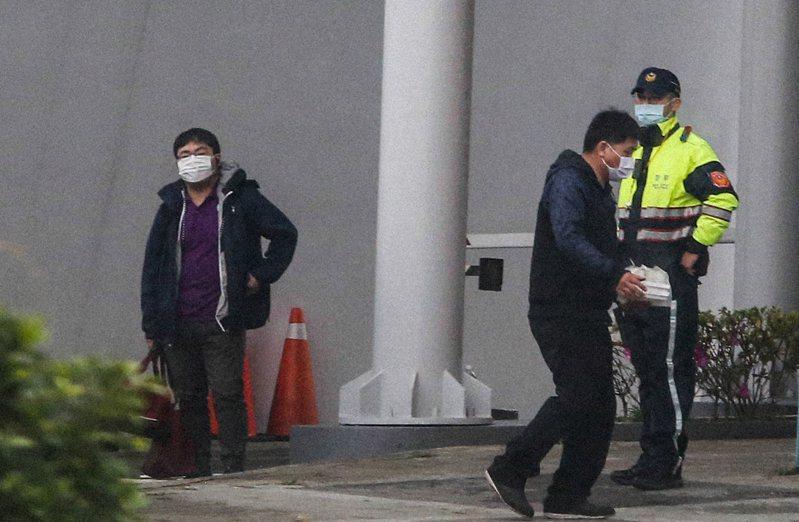 返台的武漢台胞抵達中部安置處所,三餐統一配送,由工作人員送餐進入管制區。記者黃仲裕/攝影