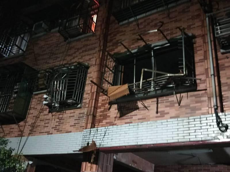 基隆1死氣爆疑換瓦斯桶惹禍,10戶民宅受損玻璃全碎。記者游明煌/攝影