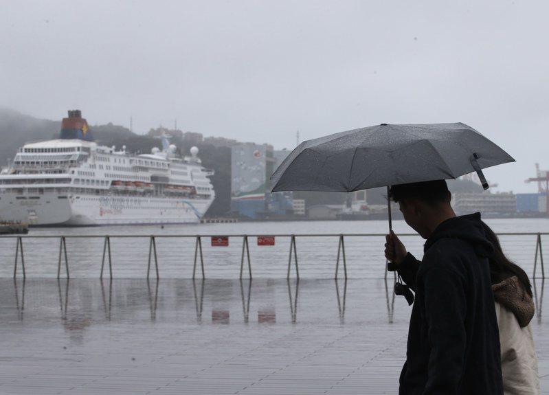 今天台灣持續受到東北風帶來冷空氣影響,北部、東北部和東部都是雲多有短暫陣雨的濕涼天氣。本報資料照片