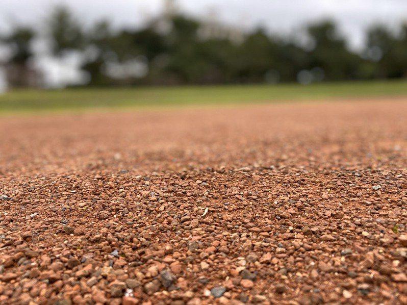 羅東運動公園田徑場紅土跑道,雖是特色,且被認為環保,但被指易因風起揚塵,影響遊客。記者羅建旺/攝影