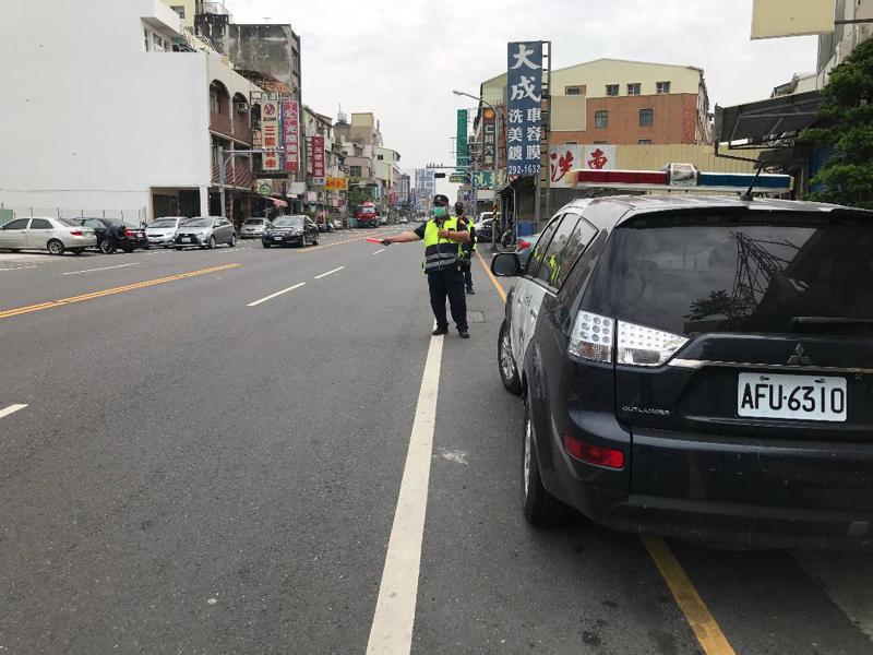 降低車禍發生率,警方在台南市南區金華路加強取締交通違規。記者黃宣翰/翻攝