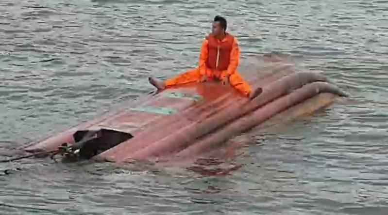 漁船拖救翻覆漂流膠筏,船長:湧浪來方向盤沒打好。記者游明煌/翻攝