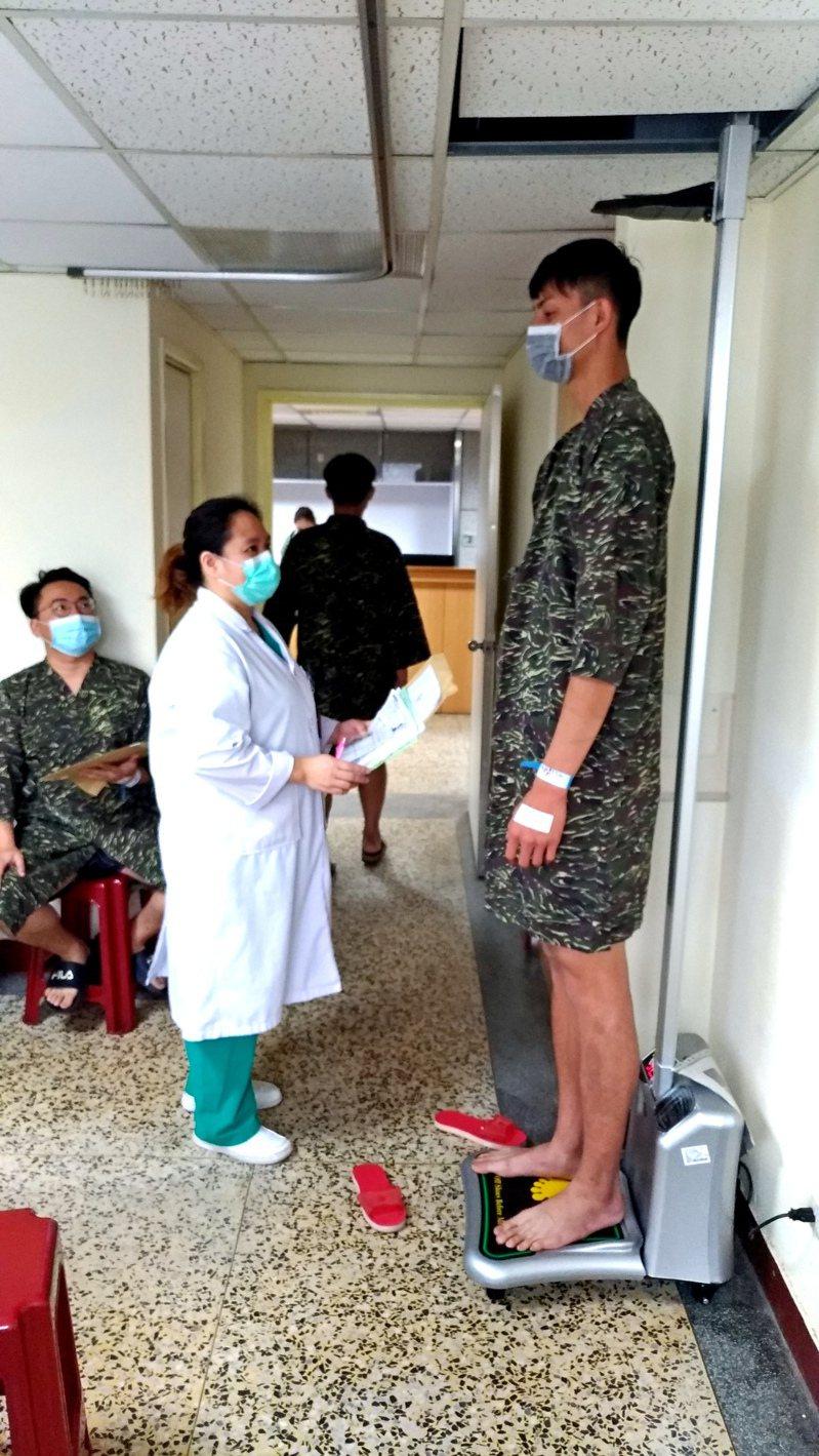 台東卑南鄉的靳姓役男,194.4公分的身高站在電動身高機上,頭幾乎快頂到台東醫院的天花板。圖/台東醫院提供
