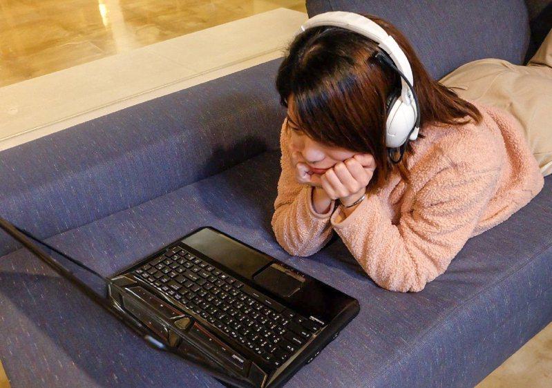經常靠追劇紓解壓力,但突然發現左耳聽不見,醫師提醒,這種突發性耳聾,除及早治療外,也建議調整作息、適當休息與充足睡眠,以避免再次復發。圖為羅東博愛醫院提供示意圖,非當事人。
