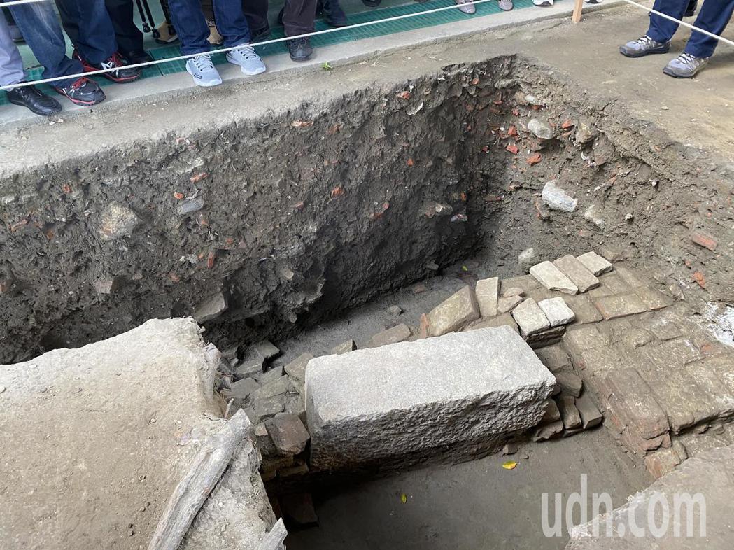 成大考古所挖掘,讓台灣第一城大員市鎮的海堤出土。記者修瑞瑩/攝影