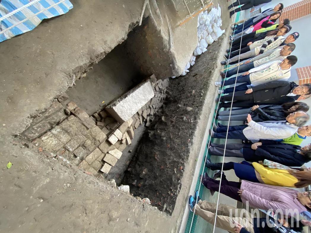 台南市長黃偉哲噢成大校長蘇慧貞上午前往大員市鎮挖掘現場關切。記者修瑞瑩/攝影