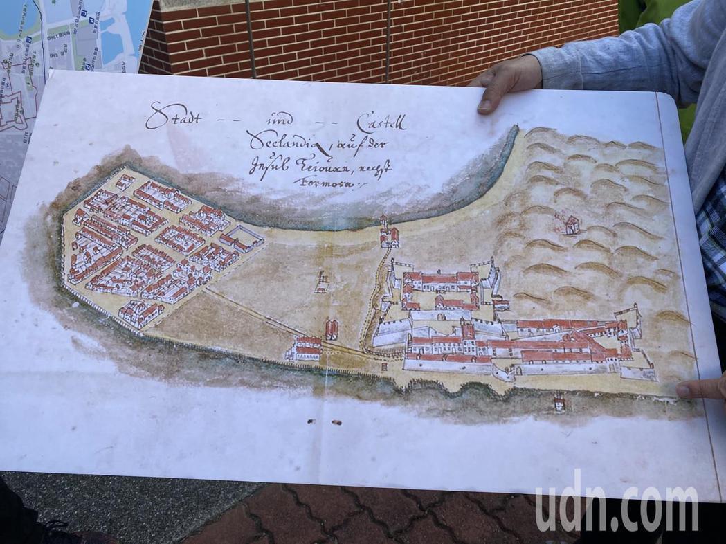 根據荷蘭時期繪製的地圖,圖中右側為熱蘭遮城、左側為大員市鎮。記者修瑞瑩/攝影