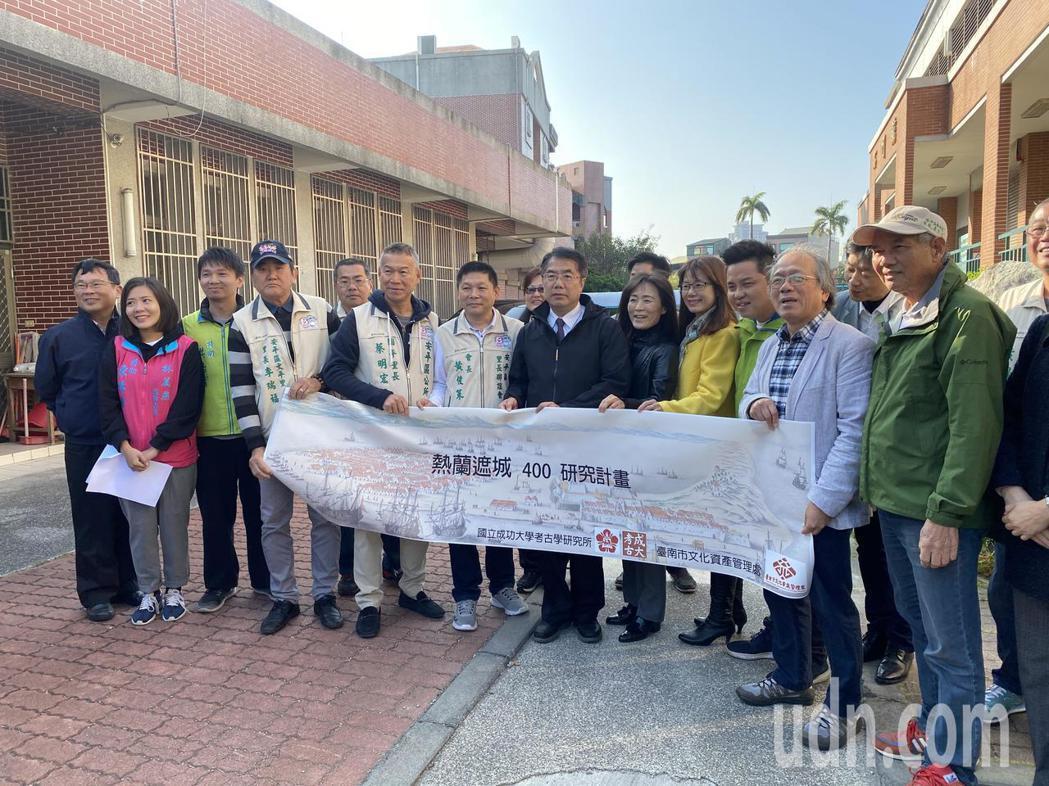 台南市長黃偉哲、成大校長蘇慧貞上午前往大員市鎮挖掘現場關切。記者修瑞瑩/攝影
