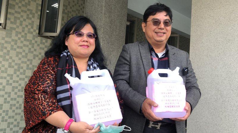 林怡華夫婦捐贈酒精給嘉市所有國中小學。記者李承穎/攝影