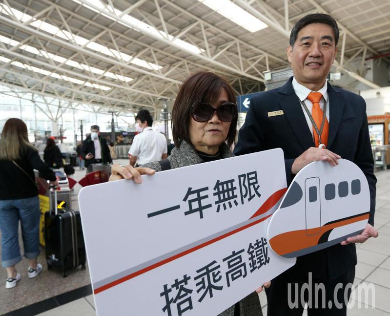 台灣高鐵第6億人次旅客今天出爐,這名幸運旅客是家住高雄的陳小姐,他將可獲得「一年無限搭乘年票」。記者劉學聖/攝影