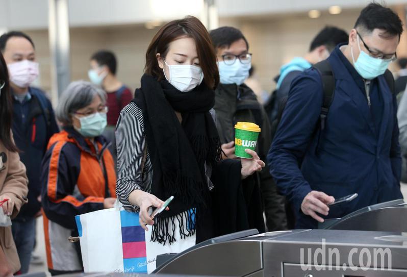受到武漢肺炎疫情影響,搭乘高鐵的旅客幾乎都戴上口罩。記者劉學聖/攝影