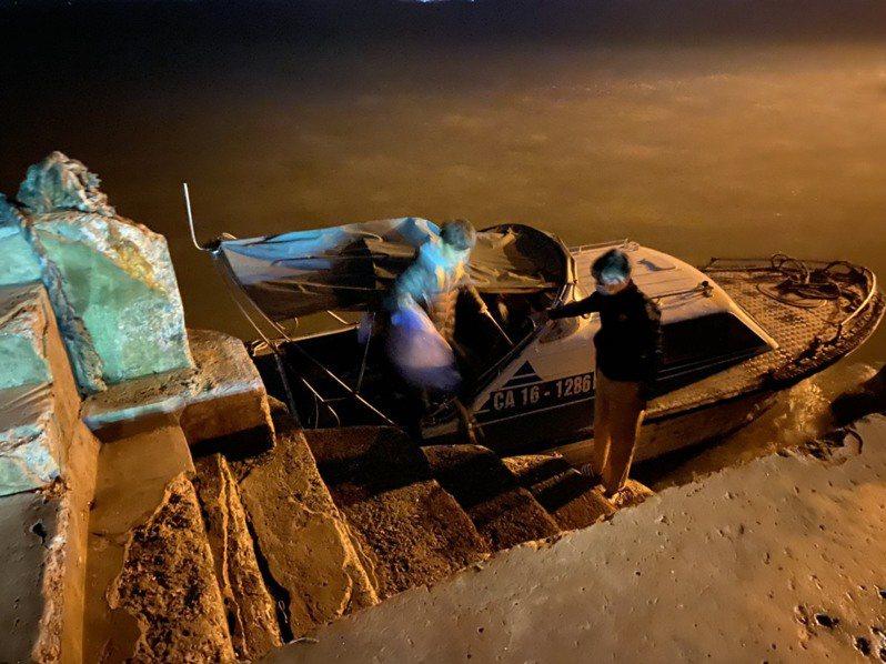 台灣一名江姓女網友與朋友到越南吉婆島,卻因當地政府禁止中國人前往,護照上又有「China」而慘遭波及,被迫搭上快艇、趕出吉婆島。圖/江姓女網友提供