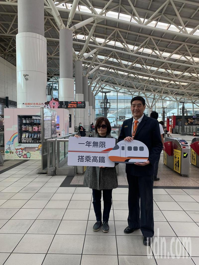 台灣高鐵第6億搭乘旅次的幸運兒,今天上午現身,是名家住高雄的陳太太(左),獲高鐵贈送1年份的無限搭乘年票。記者蔡孟妤/攝影