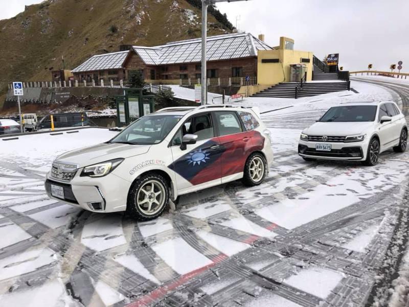合歡山降雪時,會吸引不少雪迷開心上山追雪,但因路面結冰,部分路段行駛須加掛雪鍊。圖/臉書「合歡山玩雪團」提供