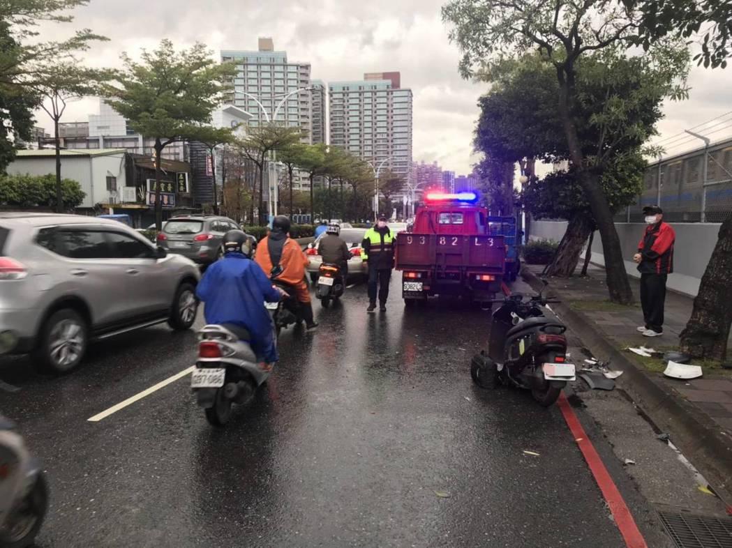 機車騎士疑未注意車前路況,追撞路旁拋錨貨車送醫不治。記者林昭彰/翻攝